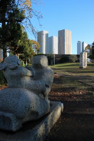 武蔵小杉の再開発ビルを見つめる母子