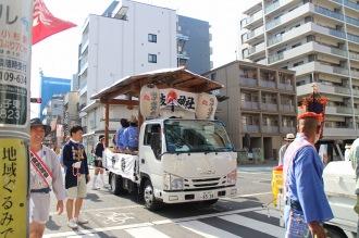 綱島街道を渡るお囃子