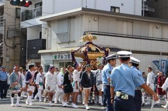 綱島街道を渡る大神輿