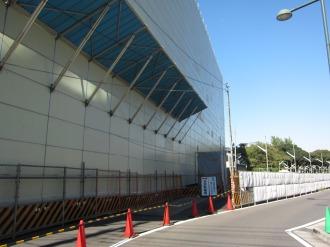 駐輪場入口上部の防護壁