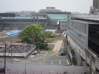 再開発ビルと東急武蔵小杉駅の間