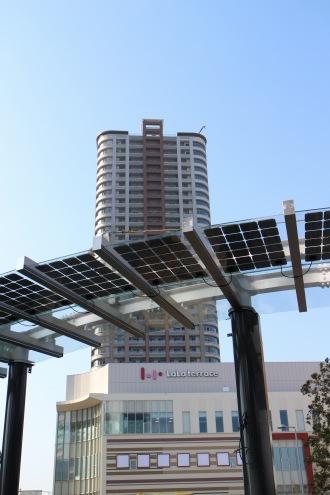 ロータリーの屋根の太陽光発電パネル