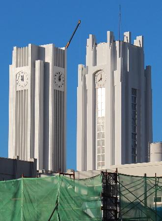 並び立つ新旧時計塔