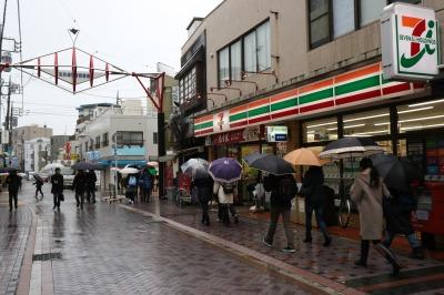 法政通り商店街の行列