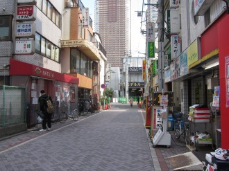 ナチュラ武蔵小杉店(左)と別館オープン予定地(右)