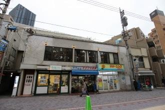 「モチヅキ楽器店」などが入る建物