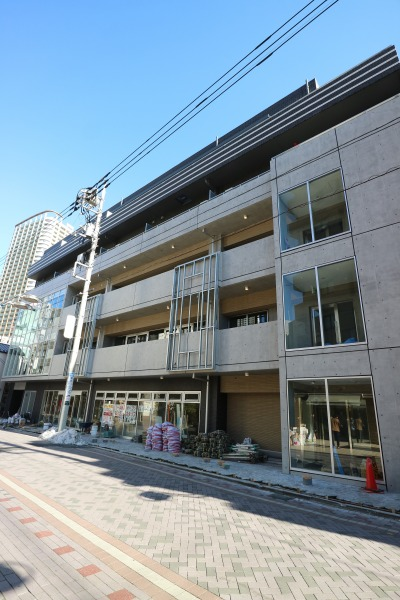 法政通り商店街の商業・住宅複合ビル