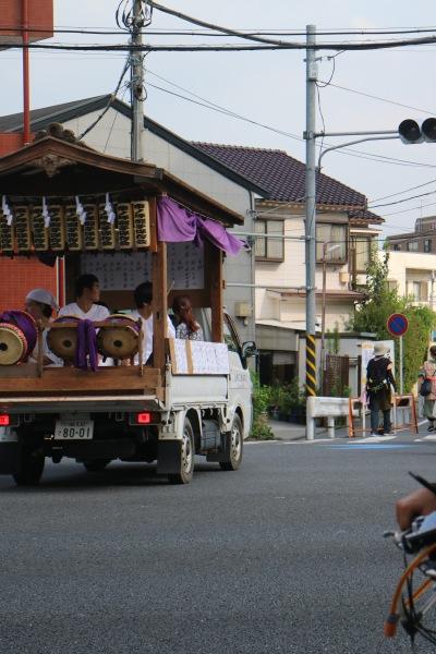 綱島街道を渡る一団