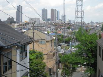 斜面から見える武蔵小杉の再開発ビル群