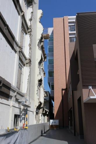 分離された新旧両棟の接続部分