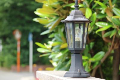各住宅の門に設置された街路灯