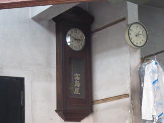 店内の柱時計