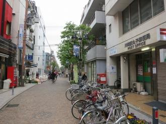 川崎新丸子郵便局移転先(左奥)と現在の所在地(右手前)