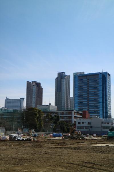 新丸子キャンパス跡地と、武蔵小杉の高層ビル群