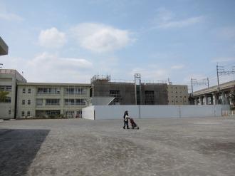 今井小学校の新校舎(写真右手)