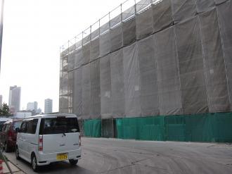 工事車両入口と新校舎