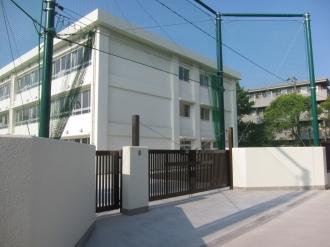 今井小学校の新校舎と裏門