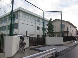 今井小学校の新校舎と「わくわくプラザ」