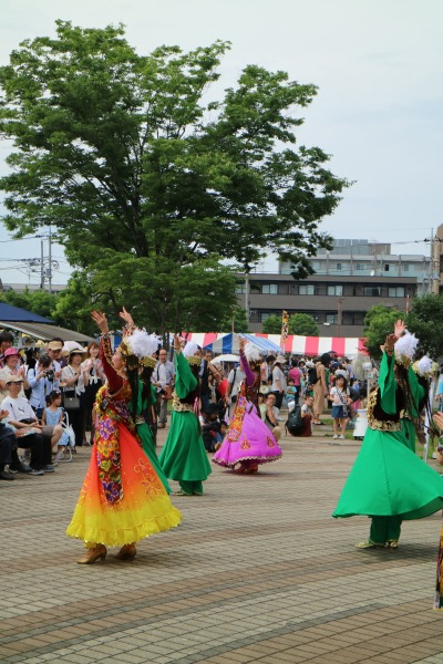 屋外ステージでの民族舞踊
