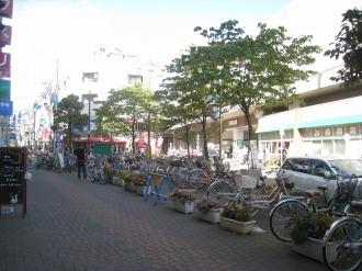 「新丸子インユニCafe」会場の新丸子駅西口前広場