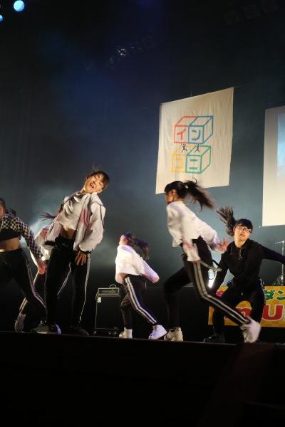ダンス部のエネルギッシュな演技