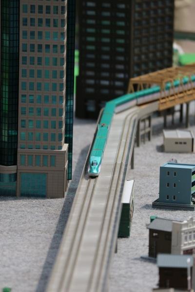ビルの足元を走る電車の模型