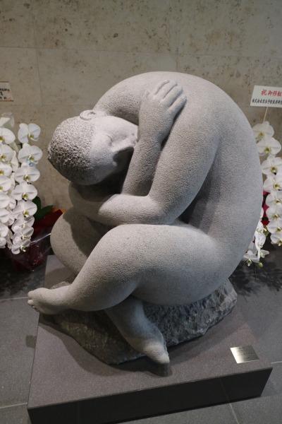 「母性ー包むかたちー」の像