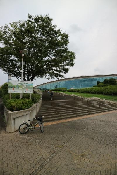 高台の上の横浜国際プール
