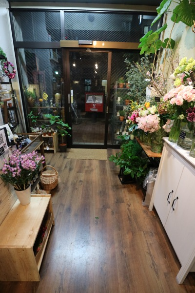 手前の花屋スペース