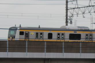 高架線を走る南武線新型車両「E233系」