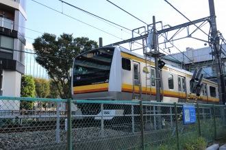 武蔵小杉駅を発車する南武線(立川行き)