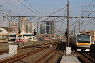 現在の武蔵中原駅から見える武蔵小杉の高層ビルと、E233系