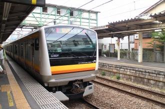 平間駅ホームから発車する新型車両「E233系」