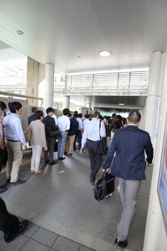 横須賀線高架下の駅入口