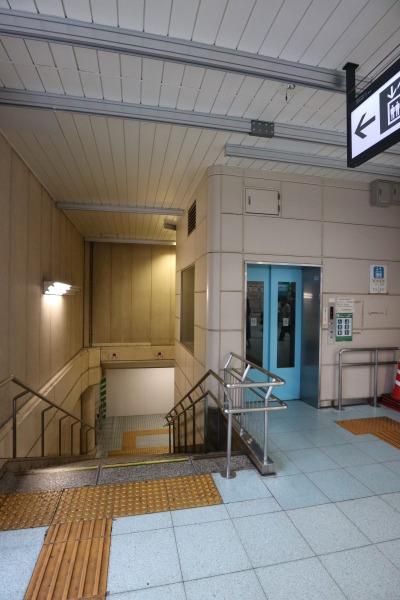 エレベーター付きの反対側の階段