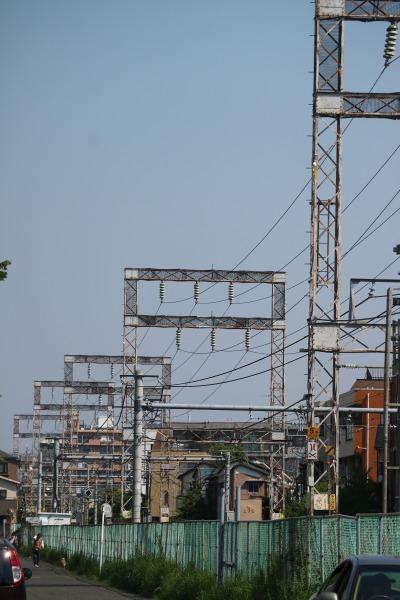 南武線沿いに連なる送電線と送電鉄塔