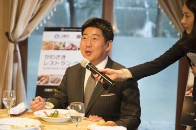 美味しそうに召し上がる福田市長