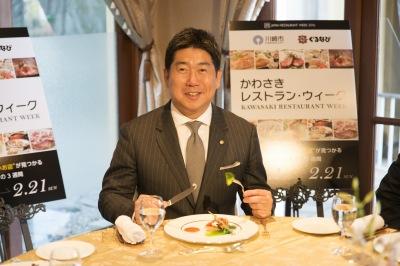 福田市長による試食