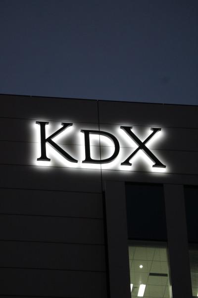 ついに差し替えられた「KDX」のロゴマーク