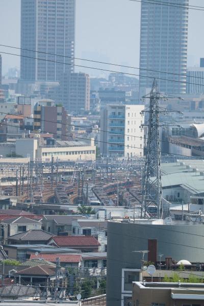 日吉キャンパスから見た東急電t熱武蔵小杉検車区