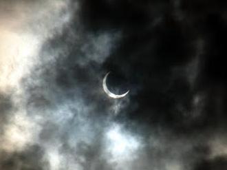 雲の向こうの金環日食(途中)