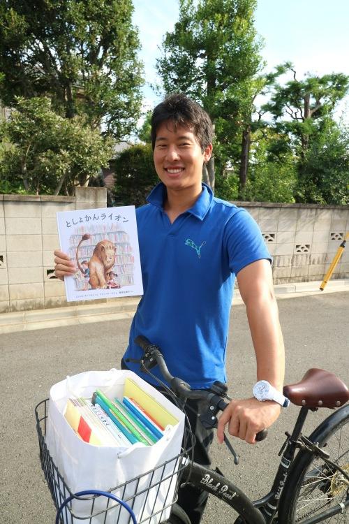 自転車で絵本を運ぶ小松雄也さん