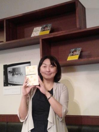 鎌倉幸子さん、課題図書を片手に