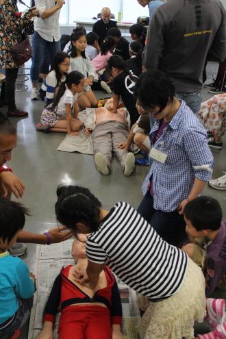 子どもたちによるAED救命体験