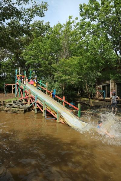 水に飛び込む滑り台