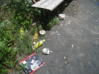 ベンチのそばのゴミ