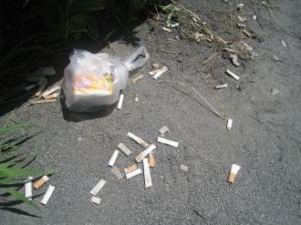 ベンチの足元のタバコ