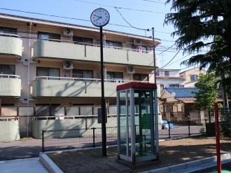 時計と電話ボックス
