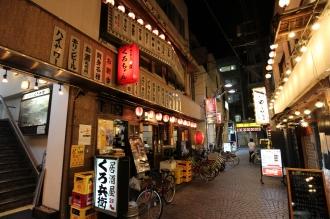 「街歩き食べ歩き」参加店が並ぶセンターロード