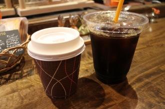 「SHIBA COFFEE」のテイクアウト用ホットコーヒー・アイスコーヒー